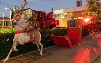 Πλήθος κόσμου και εορταστική ατμόσφαιρα στο φωτισμό του Χριστουγεννιάτικου δέντρου στο Διακοπτό